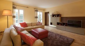 Salon meublé dans un appartement moderne photos libres de droits
