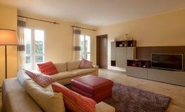 Salon meublé dans un appartement moderne photographie stock