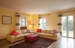 Salon meublé dans un appartement moderne image stock