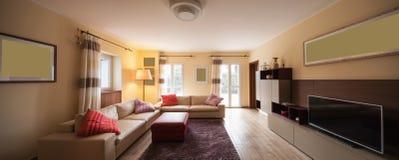 Salon meublé dans un appartement moderne images stock