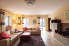 Salon meublé dans un appartement moderne images libres de droits