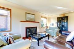 Salon meublé lumineux avec la cheminée photos stock