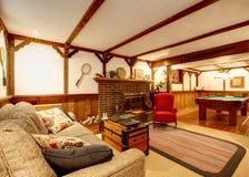 Salon meublé rustique chaud avec un tabl de cheminée et de piscine images libres de droits