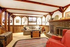 Salon meublé rustique chaud avec une cheminée photos libres de droits