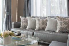 Salon moderne avec la rangée des oreillers Image stock