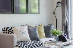 Salon moderne avec la rangée des oreillers sur le sofa Images libres de droits