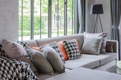 Salon moderne avec le sofa et les oreillers gris Photographie stock