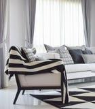 Salon moderne avec les oreillers vérifiés noirs et blancs de modèle Photo libre de droits