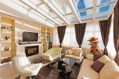Salon moderne avec les sofas mous Photographie stock libre de droits