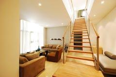 Salon moderne de sous-sol dans la ville Image stock