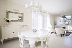 Salon moderne et lumineux Photos stock