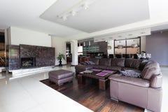 Salon moderne spacieux image stock