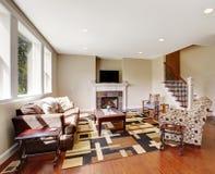 Salon mou de tons avec la cheminée et la TV Image stock