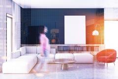 Salon noir de mur, sofa blanc, tache floue d'affiche Photo stock