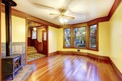 Salon non meublé avec la cheminée, le plancher en bois dur et la pâte photographie stock