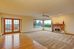 Salon non meublé confortable avec le tapis photo stock