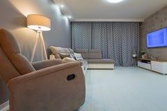 Salon nouvellement meublé avec le plancher blanc images libres de droits
