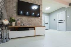 Salon nouvellement meublé avec le plancher blanc image libre de droits