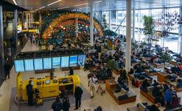 Salon occupé de départ à l'aéroport du ` s Schiphol d'Amsterdam Photographie stock