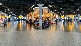 Salon occupé de départ à l'aéroport du ` s Schiphol d'Amsterdam Photographie stock libre de droits