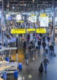 Salon occupé de départ à l'aéroport du ` s Schiphol d'Amsterdam qui service Photographie stock