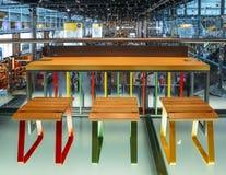 Salon occupé de départ à l'aéroport du ` s Schiphol d'Amsterdam qui service Photo libre de droits