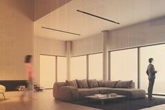 Salon panoramique blanc, cheminée modifiée la tonalité Photographie stock