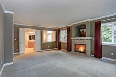 Salon rouge et gris spacieux avec à haut plafond photo libre de droits