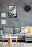 Salon simple avec des affiches photographie stock libre de droits