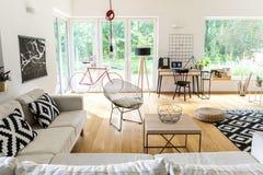Salon spacieux avec l'espace de travail Image libre de droits
