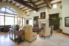 Salon spacieux avec le plafond rayonné Image stock