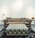 Salon spacieux avec le sofa énorme dans une maison de luxe Image libre de droits