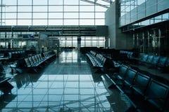Salon vide d'aéroport avec les sièges vides dans le secteur de salon Photo libre de droits
