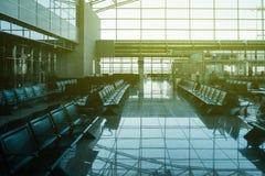 Salon vide d'aéroport avec les sièges vides dans le secteur de salon Photographie stock libre de droits