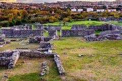 Salona-Ruinen mit Stadt der Spalte im Hintergrund, Kroatien Lizenzfreie Stockfotografie