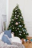 Salone accogliente con il sofà e l'albero di Natale decorato Immagine Stock Libera da Diritti