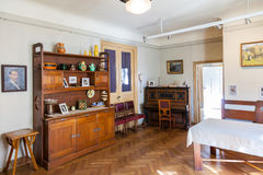 Salone in appartamento dell'artista lettone Janis Rozentals, Riga, Lettonia Immagini Stock