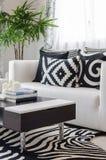 Salone in bianco e nero moderno a casa Fotografia Stock Libera da Diritti