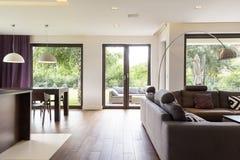 Salone classicamente elegante con il sofà Fotografia Stock