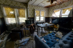 Salone con gli strati & le televisioni - hotel abbandonato & campo religioso Immagini Stock