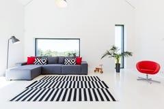 Salone con il sofà comodo Fotografia Stock Libera da Diritti