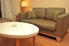 Salone con il sofà e la tabella Fotografie Stock Libere da Diritti
