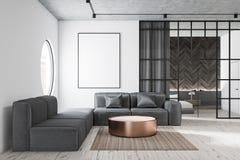 Salone con il sofà ed il manifesto grigi illustrazione di stock