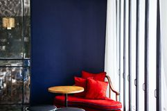 Salone con lo strato variopinto moderno, la tavola di legno e la lampada Immagini Stock
