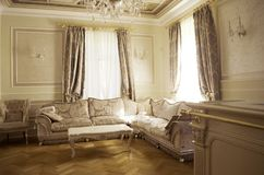 Salone con mobilia e la decorazione di lusso fotografia stock