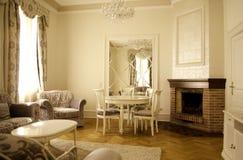 Salone con mobilia e la decorazione di lusso immagini stock libere da diritti