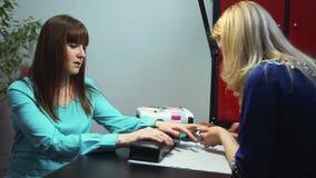 Salone del chiodo Padrone e cliente del manicure archivi video