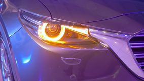 Salone dell'automobile, luce istantanea dei fari automatici archivi video