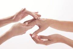 Salone di bellezza, applicante crema d'idratazione sulle mani e sul massaggio fotografie stock libere da diritti