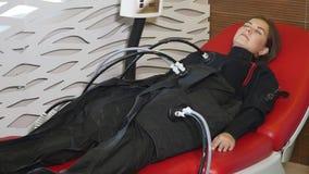 Salone di bellezza Cosmetologia a macchina Donna sulla procedura di myostimulation le Anti-celluliti programmano per dimagrire mu archivi video